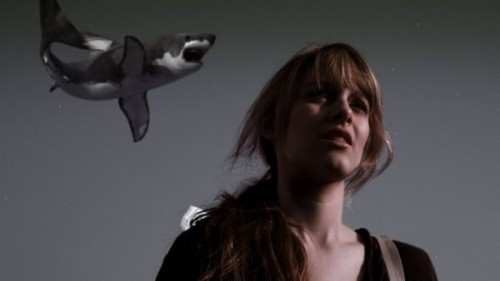 Ja klar, hinter mir, ein Hai, ich weiss schon.